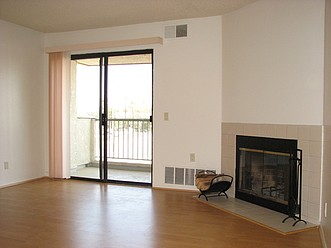 Livng room w/fireplace